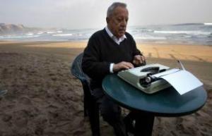El periodista Eugenio Suárez, en la playa de Salinas.s